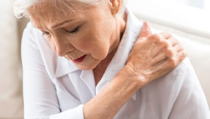 older woman shoulder pain